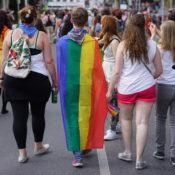 Person mit Regenbogenfahne